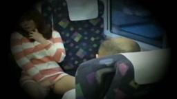 バスの車内で自慰行為を始める女性、そして向かいの親父に・・・