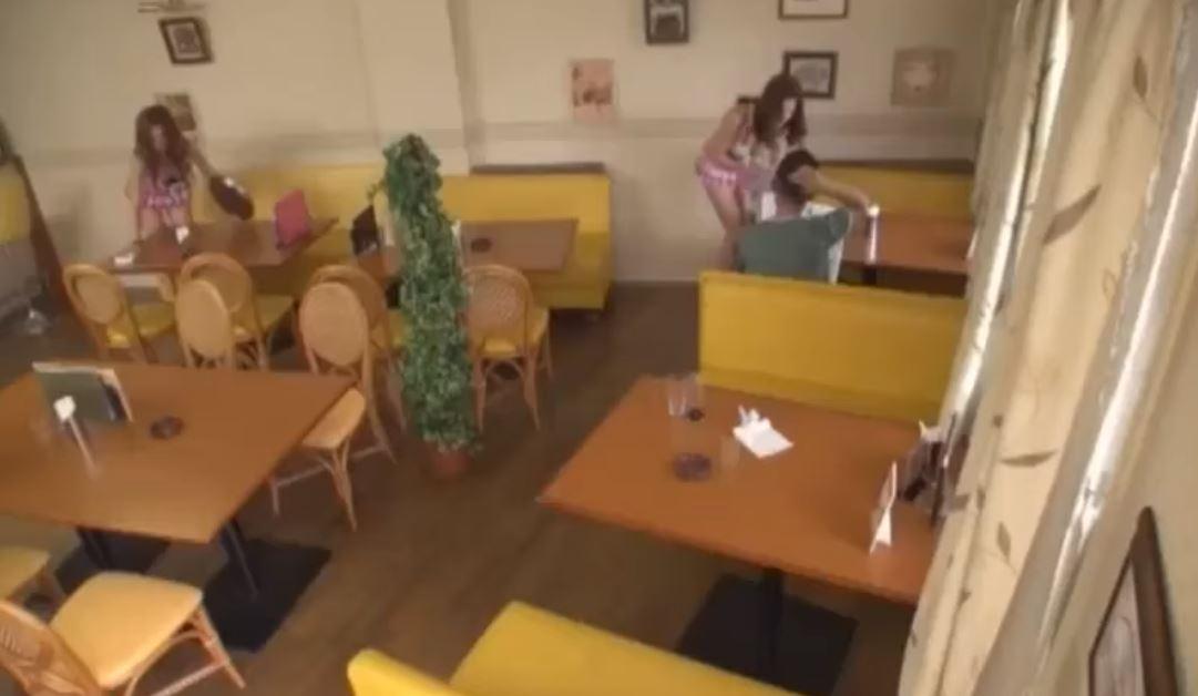 ギャルだらけのセクシーカフェでお客さんにエッチなサービス