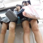 【盗撮パンチラ逆さ撮り】JKの生脚好きにはたまらない神アングル!電車内でJK2人組をローアングルで撮影したらヤバかった。健康的な生脚を見てるだけで勃起しちゃうw誰だ撮ったやつ…。