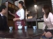 既婚のマザコン男が大好きな母親の巨乳にチンポを挟んで大好きなパイ...