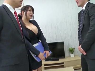 巨乳を見せつけるスーツで契約を勝ち取るビッチOL