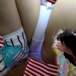 【接写パンチラ盗撮】これはマンコのシミが見えそうな大開脚の神アングル!美人女子大生JDの股間を盗撮師の逆さHEROさんがワレメの部分集中でズーム接写撮り!本当にすごいアングルw