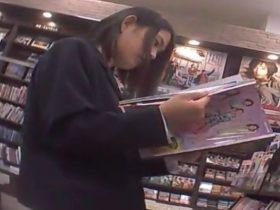 【盗撮動画】立ち読みに夢中になっている激カワ美少女のJKのパンチラを逆さ撮りしたのでネット公開www