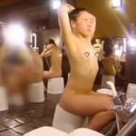 【銭湯スパランド盗撮】洗い場に女盗撮師がガチ潜入!貧乳ペッタン胸のヤンキーギャルを真横から隠し撮り。ケバケバしいギャルのえっちな女体を舐めるように観察。