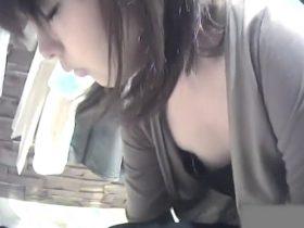 【盗撮動画】美人ショップ店員の胸チラ映像!諦めかけていたときに待望の乳首GETの瞬間www