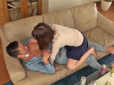 ホロ酔いお姉さんがチャラ男チンポに跨り腰を振る濃厚セックス