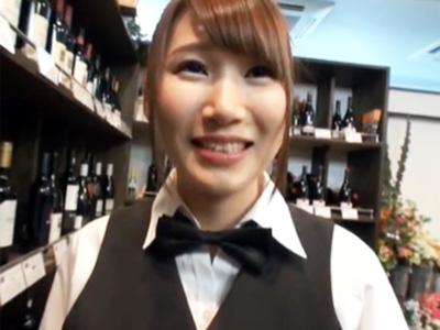 ビッチすぎるバーテンお姉さんが腰を振り乱して店内で種付け志願w