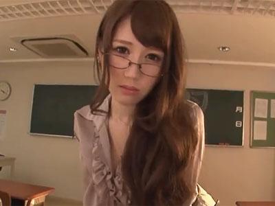 色気ムンムンな眼鏡ビッチ教師が教え子を誘惑して放課後の教室でパコ