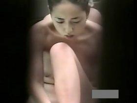【盗撮動画】野外露天の女子風呂で美人お姉さんの裸体を望遠カメラで舐めるように鑑賞www