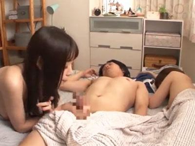 寝起きチンポを責める淫乱娘とガチパコ→隣の子も参戦して3Pプレイ開始