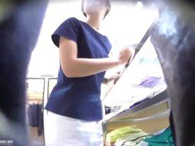 【盗撮動画】イイ下半身してやがる!清純派系美女ショップ店員のギャルを逆さ撮りパンチラwww