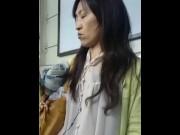 【HD盗撮動画】イイやつです!清純派系美女なOLお姉ちゃんを駅構内で危険すぎる捲りパンチラ!!