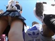【HD盗撮動画】某テーマパークで人気パレードに夢中な制服JKの喰い込みパンチラwww