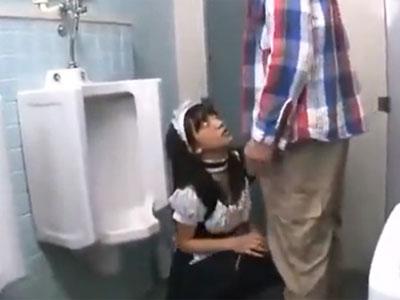 メイドコスの黒髪美少女が男子便所に連れ込まれ→ぶっかけパコ展開