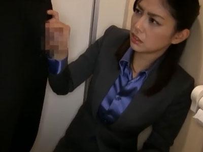 美女OLが上司命令に逆らえずに会社内のトイレでフェラチオ奉仕