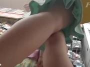 【盗撮動画】幼そうな子供と母親らしき女性と一緒の美女ギャルのパンチラを店内で逆さ撮りした!!