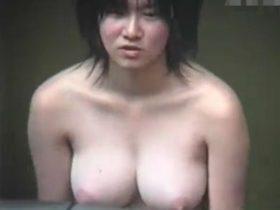 【盗撮動画】マジで!超デケー!!!女子風呂で隠し撮りされた美白デカパイ娘のハチ切れそうな美爆乳!!