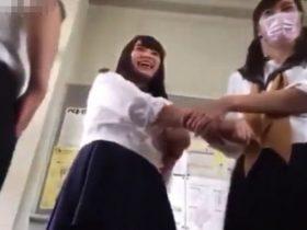 【盗撮動画】リアル校内パンチラ映像!男子生徒がクラスの女子のパンティをネット公開して大問題!!
