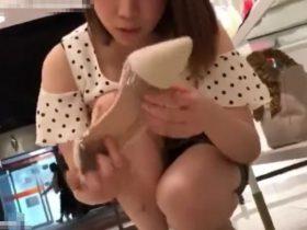 【盗撮動画】美女ショップ店員さんをしゃがみ込みに誘導してパンチラ撮影すると胸チラも楽しめるwww