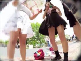 【盗撮動画】ディ●ニーランドを満喫中の制服女子校生に声掛けしてる間にパンチラを逆さ撮り放題www