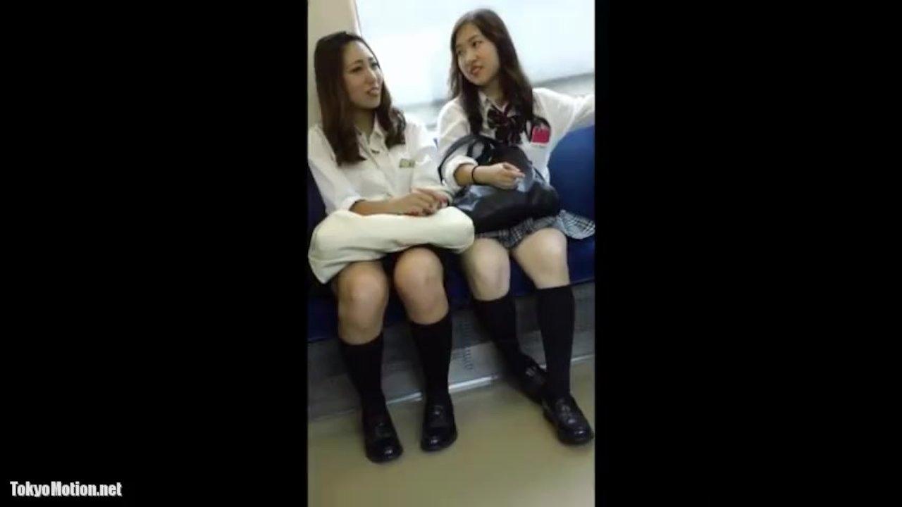 【隠撮動画】制服女子校生の股間を凝視!電車対面の美少女二人組パンチラを狙い隠し撮りしてる!!