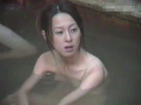 【盗撮動画】野外露天の女子風呂を望遠カメラで隠し撮り!セクシー美女奥さまの乳寄せシーンは必見www