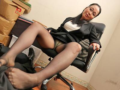熟女の匂い立つ足をかぎながら中出しセックス