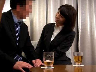 お酒を飲むと笑い上戸になる出版社OL→お酒に飲まれて大先輩な上司と不倫パコ