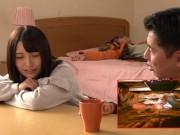 「バレちゃう…いっや!」酔いつぶれた彼氏の寝ているところで美少女...