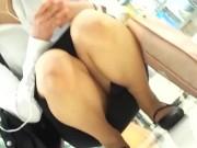 【盗撮動画】イイやつです!リクスーOLお姉ちゃんがしゃがみ込んだらパンチラ凝視するwww
