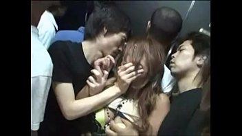 密室エレベーターで巨乳なのギャルを集団レ〇プ