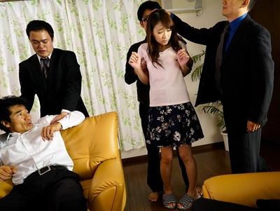 完全非合法な奴〇オークション!売り飛ばされた美女奥さまは夫の目の前で中出しレ〇プに!