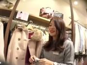 【盗撮動画】逆さHERO!激カワ美女ショップ店員に接客させてパンチラ隠し撮りしwww