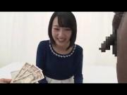 黒髪清純派な女子大生が、お金のためなら初めての黒人チンポもしゃぶっ...