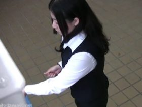 【盗撮動画】自販機にカメラ設置!しゃがみ込んだ制服OL達の盛りマンパンチラを正面撮り!