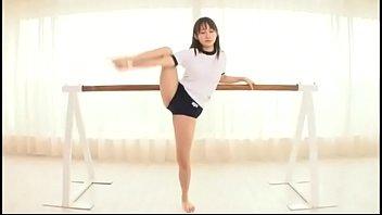 体操選手のように体が柔らかいブルマ美少女が足を広げて突かれる姿が...