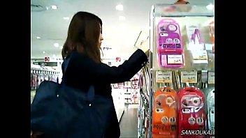 【盗撮動画】女子校生にして完成された美女さんの黒ストッキング越しのパンチラを覗くwww