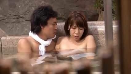 混浴温泉に紛れ込んでしまい村人にレ〇プされる巨乳な人奥さま