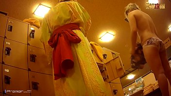 【盗撮動画】閉鎖された某販売サイトのプレミア映像!女子風呂脱衣所の爆乳ギャル!