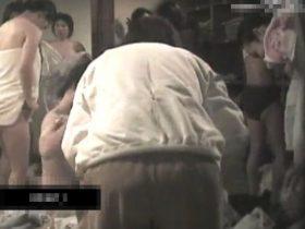 【盗撮動画】やっべー本物じゃん!!!某旅館の女子風呂脱衣所!美女や人奥さま熟女の裸体!!