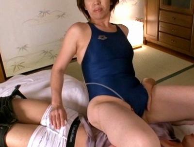 ムッチリ熟女にスク水を着させるフェチ動画!溢れる肉感と性欲が有り余ったビッチ様たちとの熱い絡み