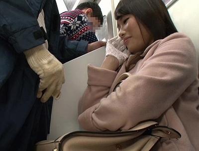 痴漢しようとしたら…微笑んでる!?満員電車で出くわしたビッチが手袋でチンポを弄ぶw