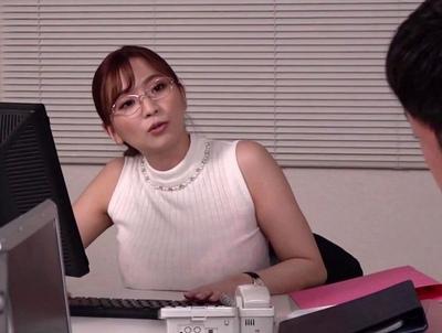 会社ではバリバリ仕事をこなす理想の女上司→そんな爆乳OLと終電を逃して2人きりにw