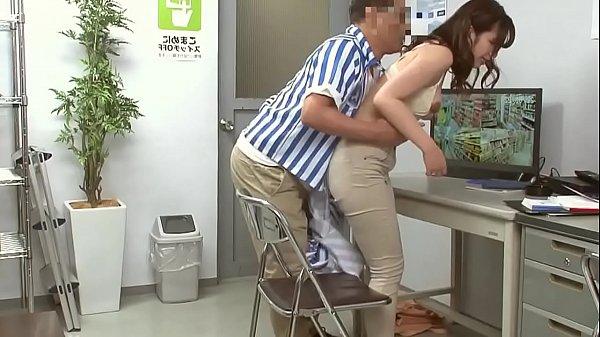 コンビニバイトの若奥さまが腹黒いオッサン店長に弱みを握られて襲われる...