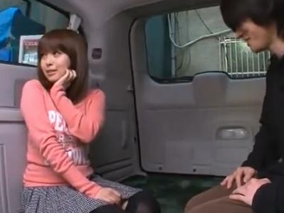 「外から見えないかなぁ…///」車の中で素人くんを優しく抜いてくれる童顔お姉ちゃん