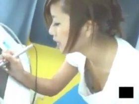 【盗撮動画】待望のラッキーおっぱい!プリクラに夢中な美女ギャルの胸チラ乳首www