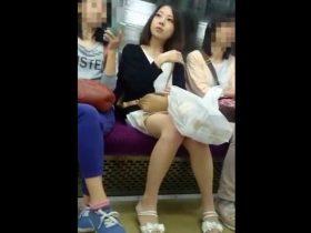 【盗撮動画】電車で見かけた美女すぎるお姉さまに我慢できず尾行してパンチラ隠し撮り!!