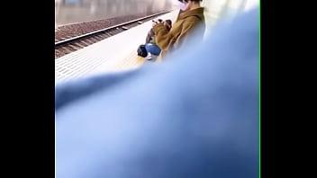 【盗撮動画】ムチムチ太ももの隙間凝視!電車対面の素人ギャルの股間パンチラ隠し撮り!